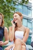 Donna felice che fa telefonata con lo smartphone Fotografia Stock