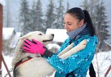 Donna felice che gioca con il suo cane Immagine Stock Libera da Diritti