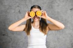 Donna felice che gioca con le arance Fotografia Stock
