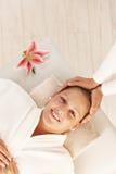 Donna felice che gode del massaggio capo Immagini Stock
