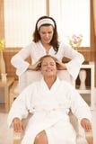 Donna felice che gode del massaggio capo Fotografia Stock Libera da Diritti