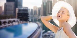 Donna felice che gode dell'estate sopra la città della Dubai Fotografie Stock Libere da Diritti