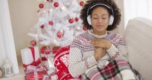 Donna felice che gode della sua musica al Natale video d archivio