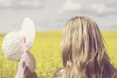 Donna felice che gode della vita nel campo con i fiori Bellezza della natura e campo variopinto con la violenza Stile di vita est Fotografia Stock