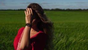 Donna felice che gode di bella bionda della natura che posa sul campo Concetto felice stock footage