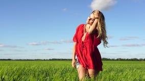 Donna felice che gode di bella bionda della natura che posa sul campo Concetto felice video d archivio