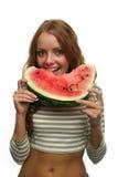 Donna felice che gode mangiando una fetta di anguria Immagini Stock Libere da Diritti