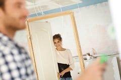 Donna felice che guarda tramite il porta-caso nella nuova casa Immagine Stock Libera da Diritti