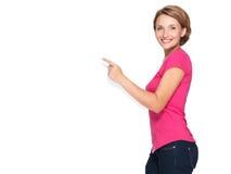 Donna felice che indica con il suo dito sull'insegna Fotografia Stock