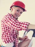 Donna felice che indossa casco rosso Immagini Stock Libere da Diritti