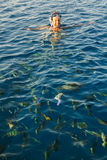 Donna felice che indossa una maschera nel mare, con una macchina fotografica Immagini Stock Libere da Diritti
