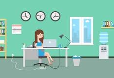 Donna felice che lavora con il computer portatile Interno e posto di lavoro dell'ufficio Immagine Stock Libera da Diritti