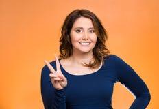 Donna felice che mostra il segno di vittoria Immagini Stock Libere da Diritti