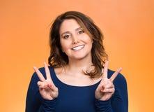 Donna felice che mostra il segno di vittoria Fotografie Stock