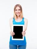 Donna felice che mostra lo schermo di computer della compressa Immagine Stock Libera da Diritti