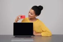 Donna felice che mostra lo schermo nero in bianco del comuter Fotografia Stock Libera da Diritti