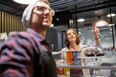 Donna felice che mostra qualcosa al barista al caffè Immagine Stock Libera da Diritti