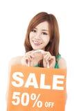 Donna felice che mostra sacchetto della spesa Fotografia Stock Libera da Diritti