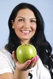 Donna felice che offre una mela Immagini Stock Libere da Diritti