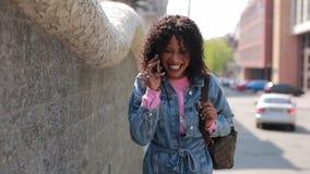 Donna felice che parla dal telefono con la risata in città