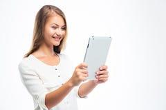 Donna felice che per mezzo del computer della compressa Fotografia Stock