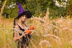 Donna felice che posa in costume della strega Fotografia Stock
