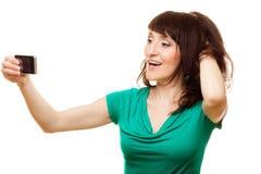 Donna felice che prende l'immagine di auto con lo smartphone Fotografie Stock Libere da Diritti