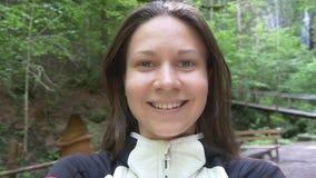 Donna felice che prende selfie e filatura all'aperto video d archivio