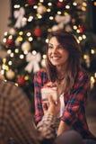 Donna felice che riceve il regalo di Natale Immagini Stock Libere da Diritti