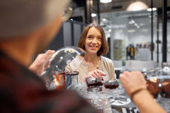 Donna felice che sceglie dolce al caffè del vegano Fotografia Stock