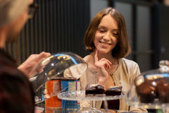 Donna felice che sceglie i dolci al caffè del vegano Immagini Stock