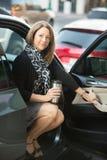Donna felice che si siede in automobile fotografia stock libera da diritti