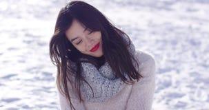 Donna felice che si siede sulla neve video d archivio