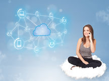 Donna felice che si siede sulla nuvola con la computazione della nuvola Fotografia Stock Libera da Diritti