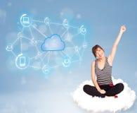 Donna felice che si siede sulla nuvola con la computazione della nuvola Immagini Stock