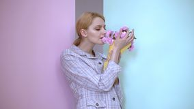 Donna felice che sogna dell'amore reale con un mazzo in sua mano Ragazza con il mazzo delle rose stock footage