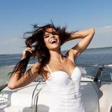 Donna felice che sorride sulla barca Immagine Stock
