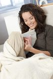 Donna felice che stringe a sé con la coperta Fotografia Stock Libera da Diritti