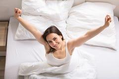 Donna felice che sveglia fotografie stock