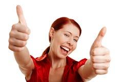 Donna felice che tiene entrambi i pollici in su Fotografie Stock Libere da Diritti