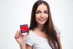 Donna felice che tiene il piccolo contenitore di regalo Immagini Stock