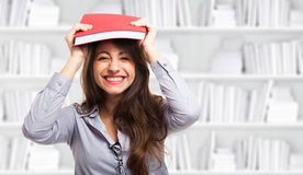 Donna felice che tiene un libro Fotografia Stock