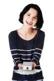 Donna felice che tiene un modello della casa e le fatture della lucidatura Fotografia Stock