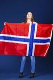 Donna felice che tiene una grande bandiera della Norvegia fotografie stock