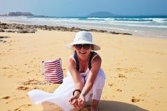 Donna felice che tiene una sabbia Fotografia Stock Libera da Diritti