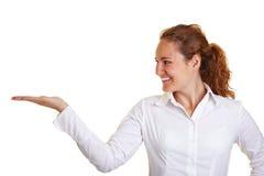 Donna felice che trasporta un immaginario Immagini Stock