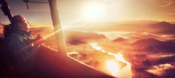 Donna felice che viaggia dalla mongolfiera fotografie stock libere da diritti