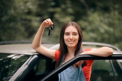 Donna felice che viaggia in macchina sulla vacanza estiva immagini stock libere da diritti