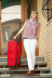Donna felice con bagagli Immagini Stock