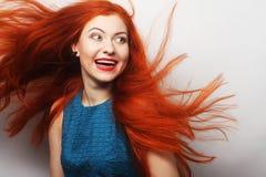 donna felice con capelli rossi lungamente scorrenti Fotografia Stock Libera da Diritti